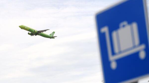 Самолет во время взлета в аэропорту Домодедово