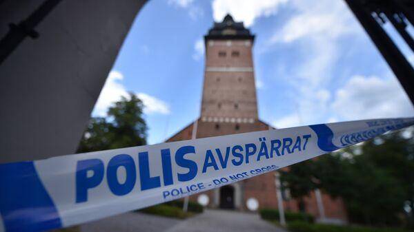 Оцепленная территория собора близ Стокгольма, откуда украли две королевские короны и державу. 31 июля 2018