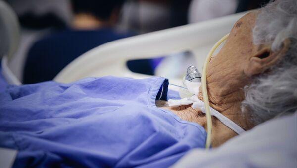 Пожилая пациентка в больнице
