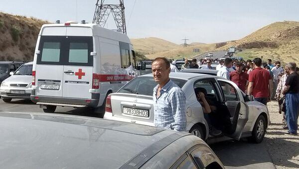Машина скорой помощи на месте, где сбили велосипедистов в Таджикистане. 29 июля 2018 года