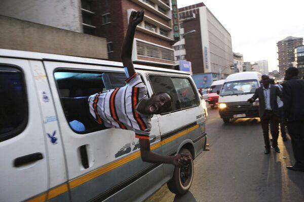 Сторонник оппозиционной партии после выборов на улице в Хараре, Зимбабве.