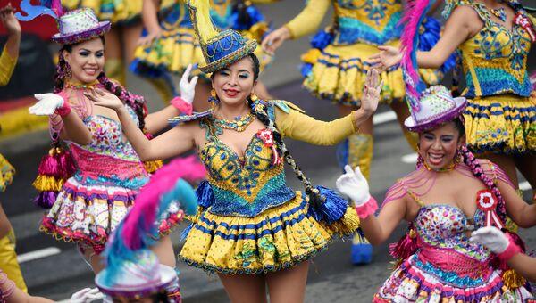 Танцоры выступают на параде в годовщину независимости Перу.