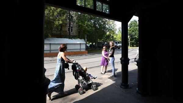Пассажиры на старейшей трамвайной остановке Красностуденческий проезд маршрута №27 возле парка Дубки в Москве, открывшейся после реставрации