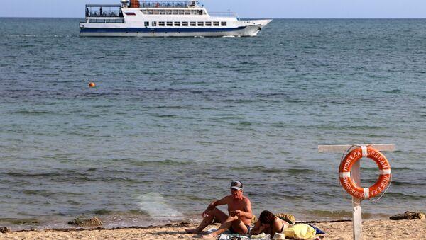 Отдыхающие на городском пляже в Евпатории