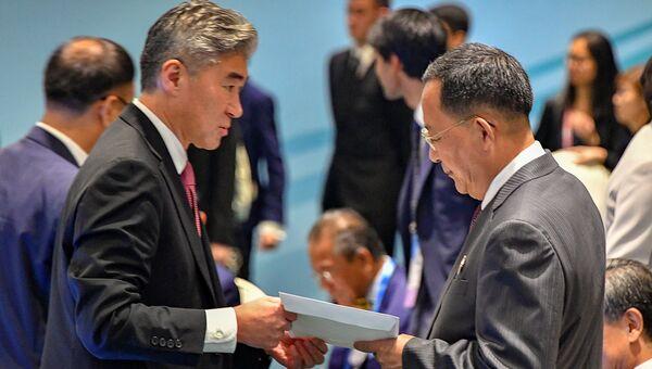 МИД КНДР Ли Ен Хо вручил ответ президента США Дональда Трампа на письмо северокорейского лидера Ким Чен Ына на встрече АСЕАН в Сингапуре. 4 августа 2018