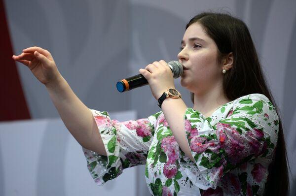 Финалистка первого сезона шоу Голос. Дети во время концерта на фестивале Многонациональная Россия в Москве