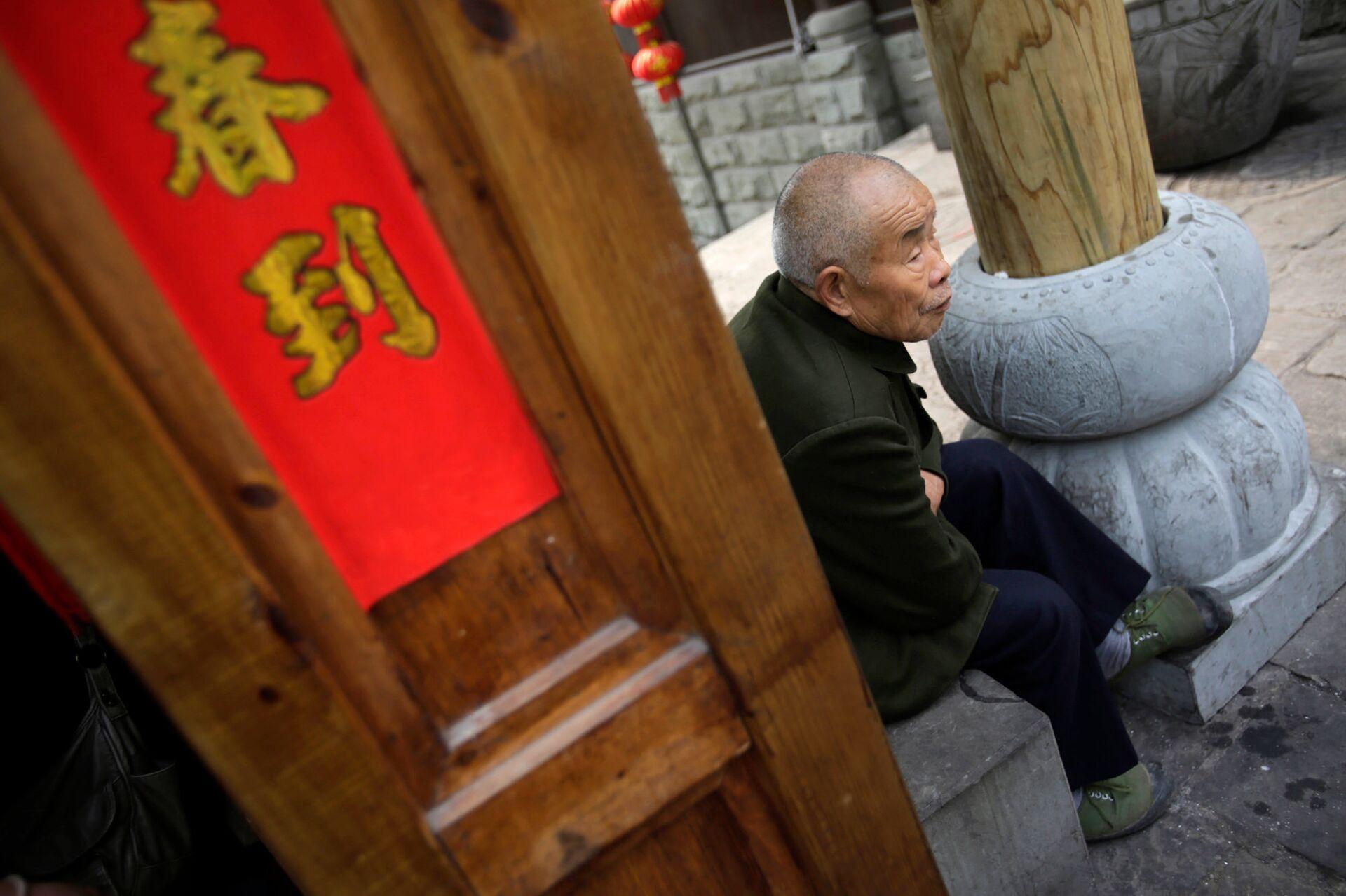 Пожилой мужчина в китайском городе Чунцин - РИА Новости, 1920, 14.12.2020