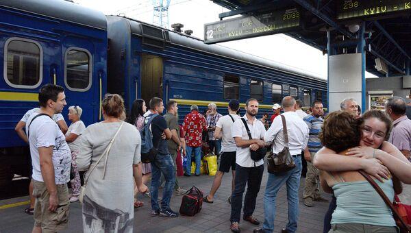 Пассажиры у поезда Киев - Москва на железнодорожном вокзале в Киеве. Архивное фото