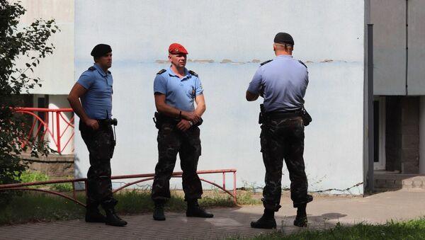 Сотрудники правоохранительных органов Белоруссии у офиса информационного агентства БелаПАН