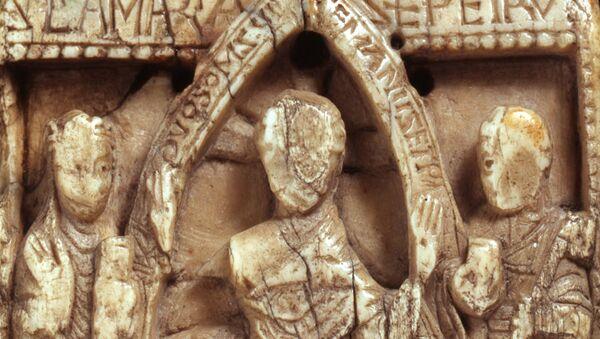 Дощечка со сценой из Библии, выточенная из викингской моржовой кости