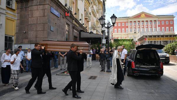 Вынос гроба с телом Александра Расторгуева после отпевания в храме Космы и Дамиана в Москве