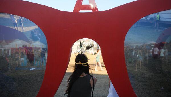 Посетительница на юбилейном пятом музыкальном фестивале Alfa Future People в Нижегородской области