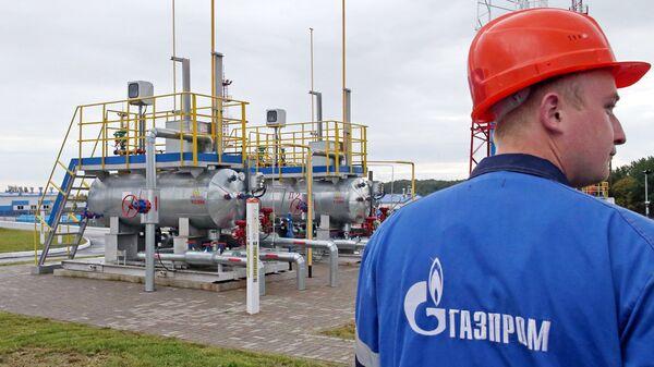 Рабочий на территории хранилища газа