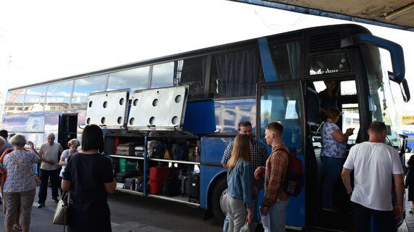 Автобус, следующий по маршруту Житомир - Киев - Москва на автовокзале в Киеве