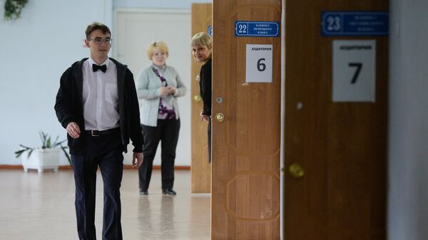 Ученик перед началом экзамена в школе №48 Новосибирска