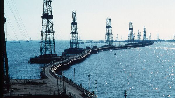 Нефтяные вышки на Каспийском море. Архивное фото