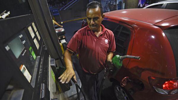 Бензин в Венесуэле, самый дешевый в мире, подорожает с первого июня