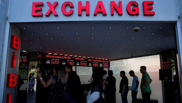Очередь в пункт обмена валюты в Стамбуле