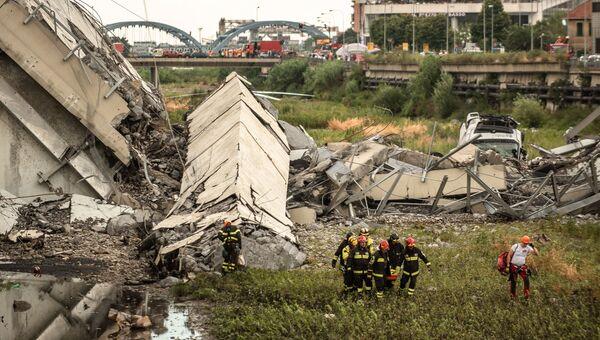 На месте обрушения автомобильного моста Моранди в Генуе. 14 августа 2018