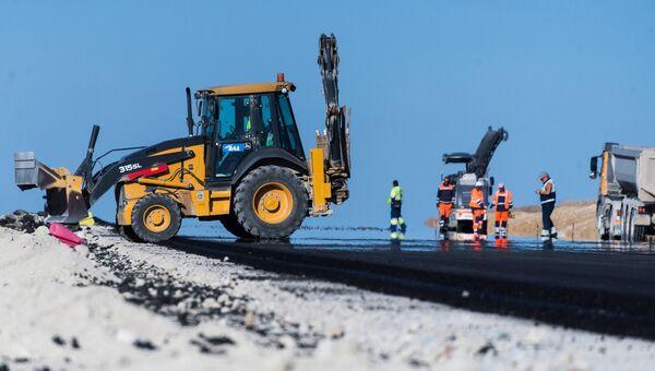 Рабочие на строительстве дороги