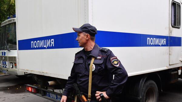 Полицейский у автозака