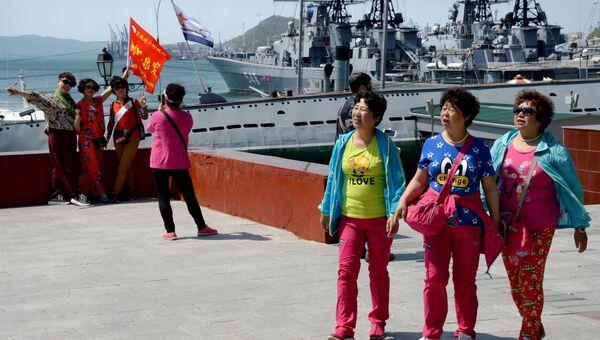 Туристы из Китая на Корабельной набережной во Владивостоке