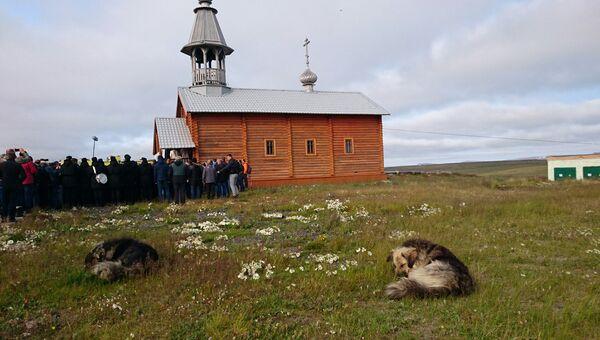 Патриах Кирилл совершил молебен в Никольском храме в поселке Белушья Губа на Новой Земле