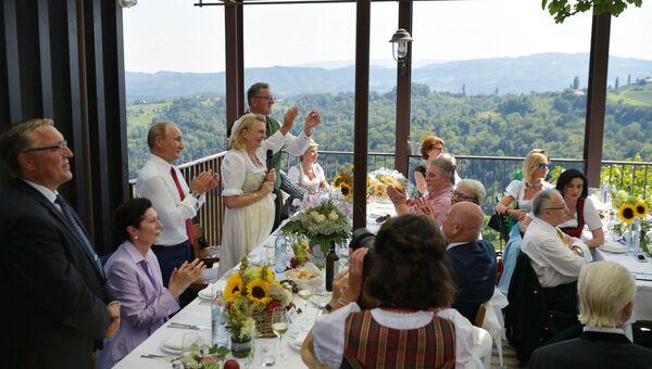 Президент РФ Владимир Путин на свадьбе министра иностранных дел Австрии Карин Кнайсль и финансиста Вольфганга Майлингера. Архивное фото
