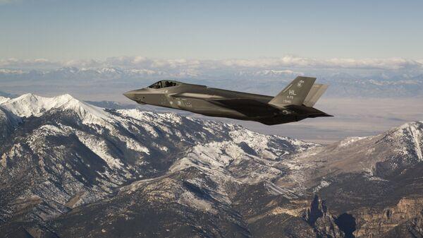 Американский истребитель-бомбардировщик пятого поколения F-35 Lightning II