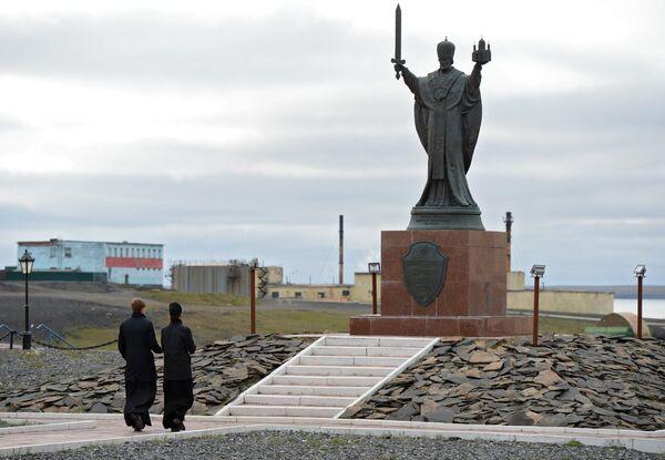Священники у монумента Создателям ядерного щита России в поселке Белушья Губа на архипелаге Новая Земля