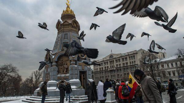У памятника героям Плевны в Москве. Архивное фото