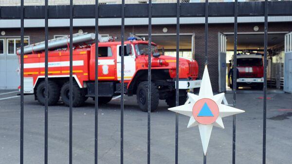 Автомобили пожаротушения у пожарного депо