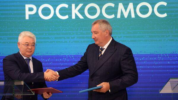 Министр оборонной и аэрокосмической промышленности Республики Казахстан Бейбут Атамкулов и генеральный директор ГК Роскосмос Дмитрий Рогозин на форуме Армия-2018