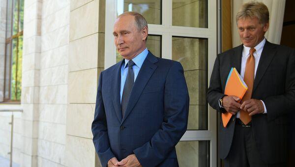 Президент РФ Владимир Путин и пресс-секретарь президента РФ Дмитрий Песков. Архивное фото