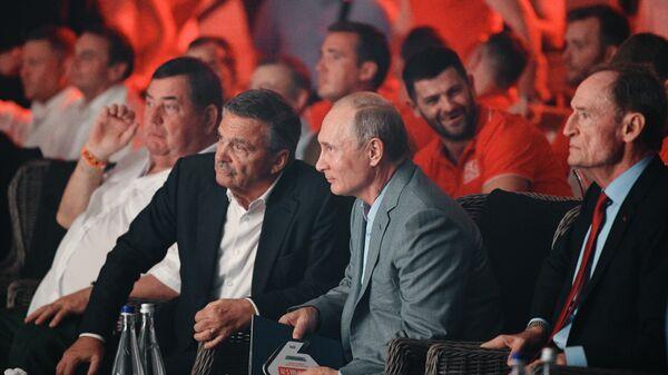 Президент РФ Владимир Путин, почетный член МОК Жан-Клод Килли (справа) и президент Международной Федерации хоккея  Рене Фазель (слева) на международном турнире по боевому самбо Плотформа S-70. 22 августа 2018