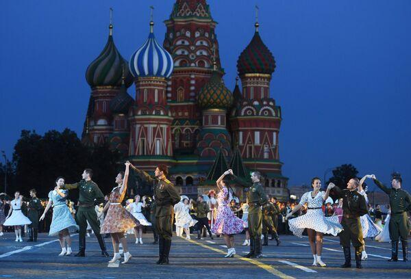 Танцоры на торжественной церемонии открытия XI Международного военно-музыкального фестиваля Спасская башня на Красной площади в Москве