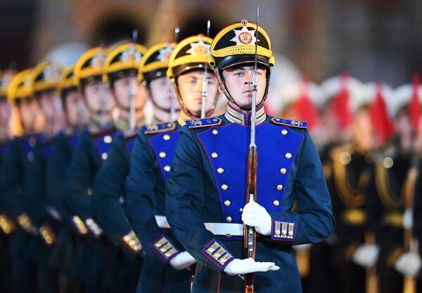 Рота специального караула Президентского полка на торжественной церемонии открытия XI Международного военно-музыкального фестиваля Спасская башня