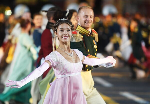 Танцоры на торжественной церемонии открытия XI Международного военно-музыкального фестиваля Спасская башня
