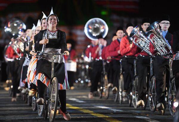 Оркестр на велосипедах Крещендо (Нидерланды) на торжественной церемонии открытия XI Международного военно-музыкального фестиваля Спасская башня
