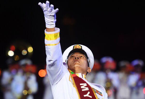 Военнослужащий военного оркестра Вооруженных сил Мьянмы на торжественной церемонии открытия XI Международного военно-музыкального фестиваля Спасская башня