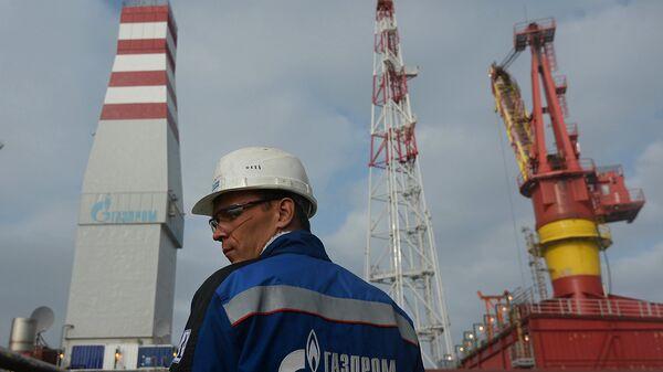 Сотрудник ледостойкой нефтяной платформы Приразломная. Архивное фото
