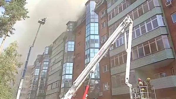 Сотрудники МЧС во время ликвидации пожара в многоэтажном жилом здании в Королеве. 26 августа 2018