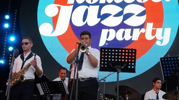 Участники коллектива Ваагна Айрапетяна (Армения) выступают на 16-м международном музыкальном фестивале Koktebel Jazz Party