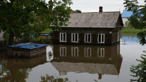 Здание, затопленное в результате паводка, в Уссурийске