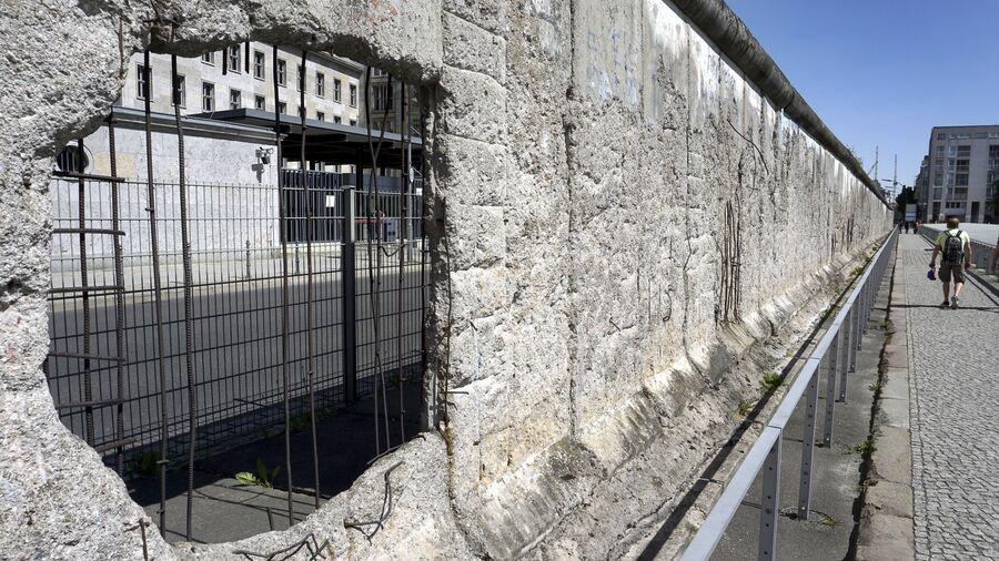 Берлинская стена на территории музея Топография террора в Берлине