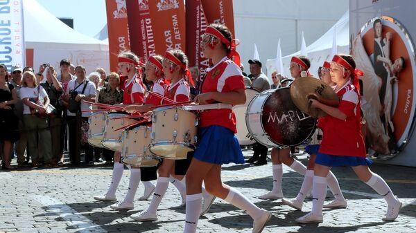 Участники объединения барабанщиков Марш выступают на фестивале Спасская башня детям на Красной площади в Москве