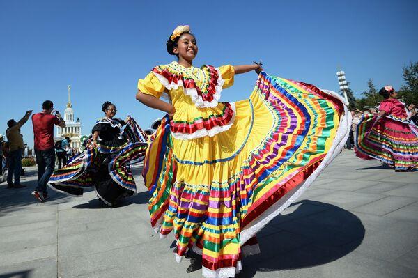 Творческий коллектив Банда Монументаль (Мексика) на шествии участников международного военно-музыкального фестиваля Спасская башня на ВДНХ