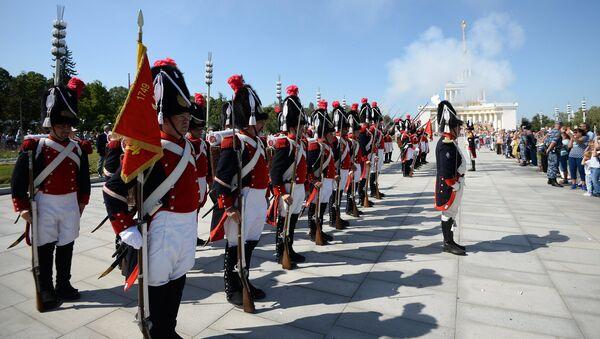 Корпус Старых гренадеров Женевы (Швейцария) на шествии участников международного военно-музыкального фестиваля Спасская башня на ВДНХ