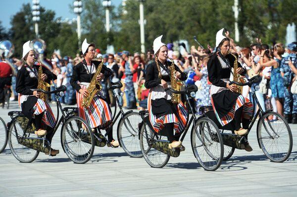Оркестр на велосипедах Крещендо (Нидерланды) на шествии участников международного военно-музыкального фестиваля Спасская башня на ВДНХ