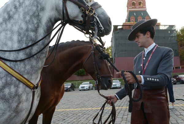 Представитель Конной ассоциации Кордовы (Испания) перед началом генеральной репетиции церемонии открытия XI Международного военно-музыкального фестиваля Спасская башня на Красной площади в Москве